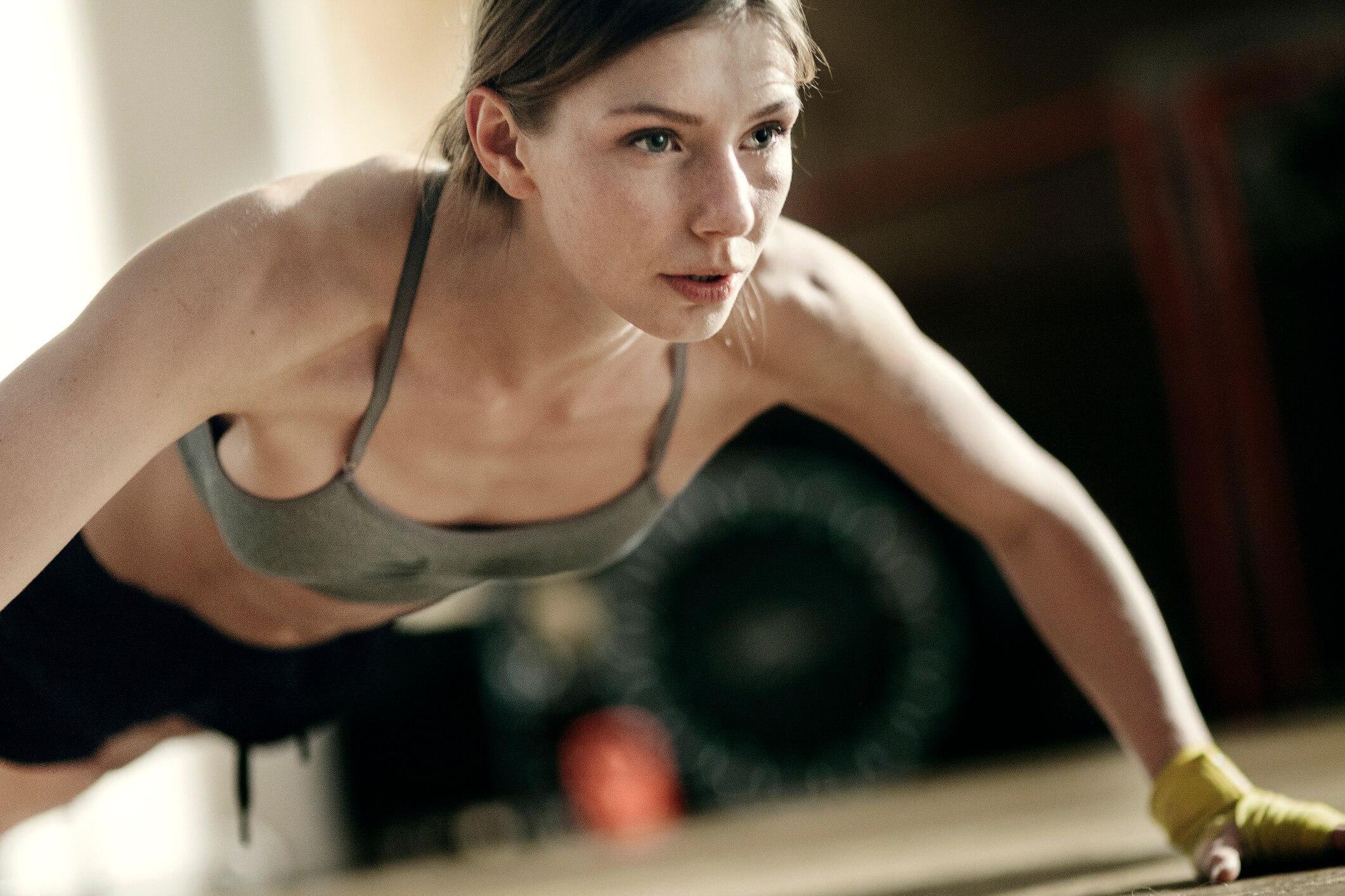 Übungen zum Abnehmen von Armen und Rücken im Fitnessstudio
