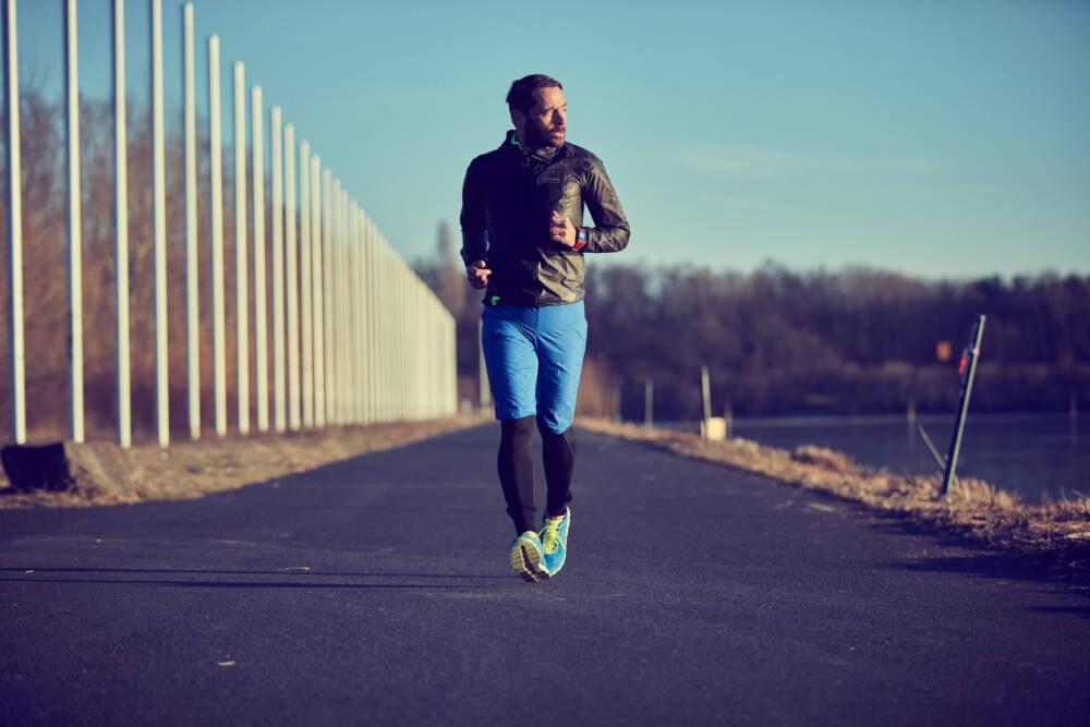 Mike Kleiß joggt auf einer Straße