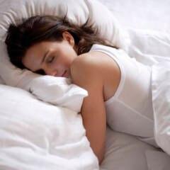 Frau im Bett: Viele Menschen wünschen sich, besser zu schlafen