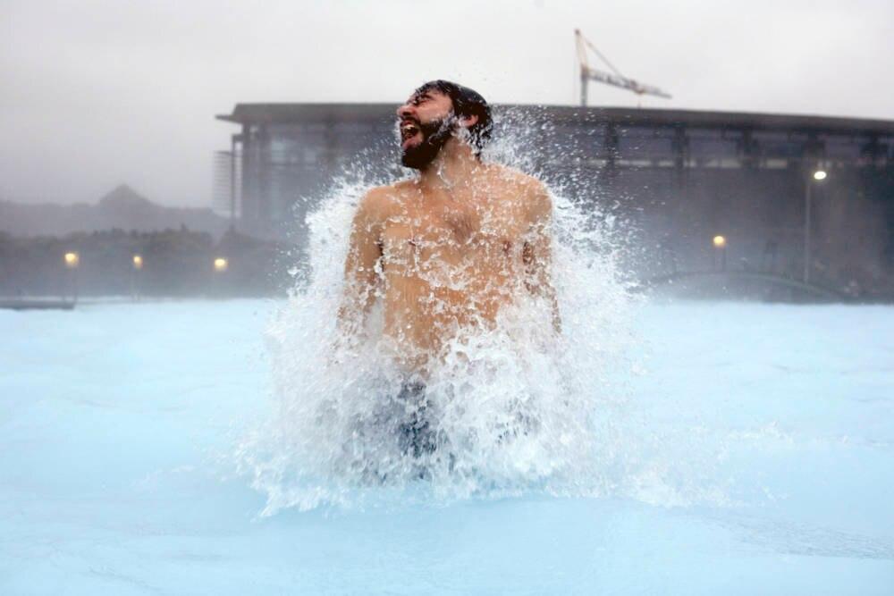 Mann in Eiswasser