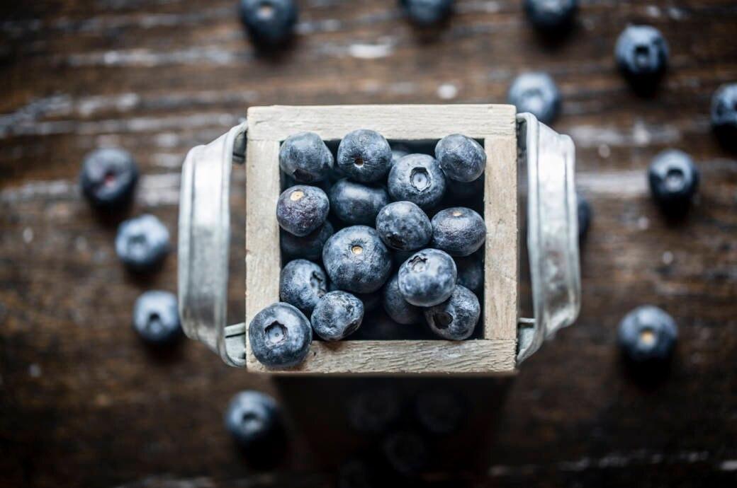 Heidelbeeren, auch als Blaubeeren bekannt, in einer Schüssel auf einem Tisch