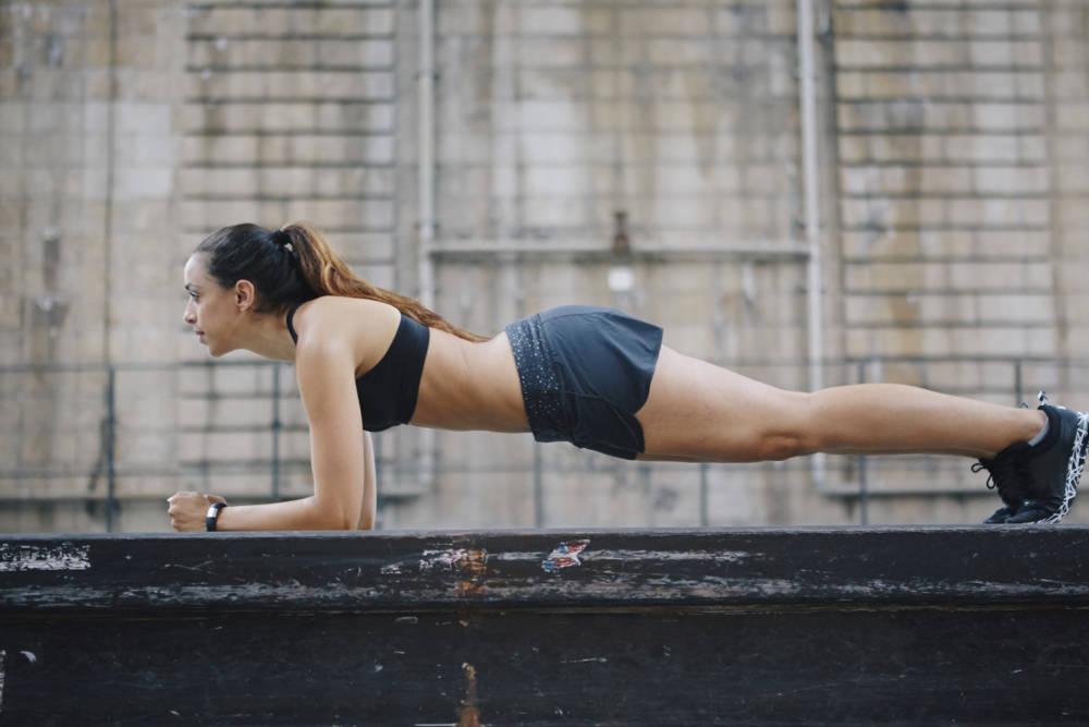 Frau beim Fitness-Training