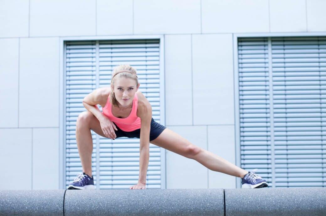 Frau beim Stretching