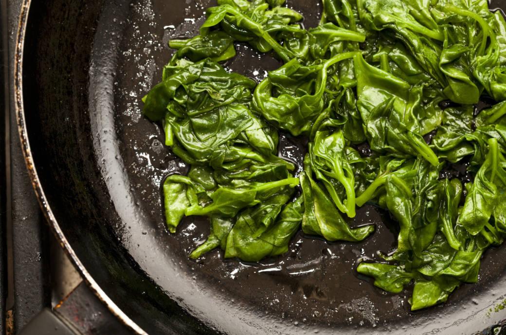 Spinat in der Pfanne erhitzen