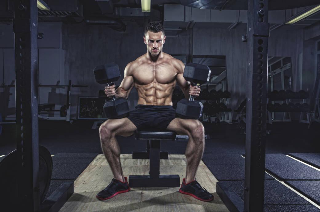 Mann trainiert mit viel Gewicht