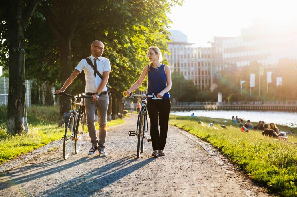 Ein Paar schiebt in Berlin seine Fahrräder