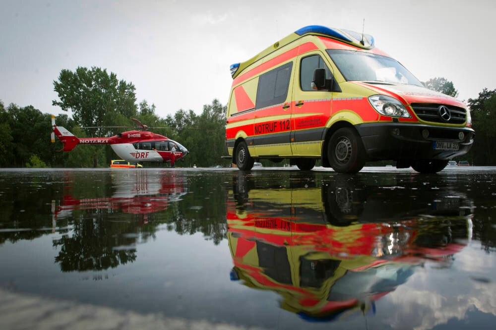 Rettungswagen und Rettungshubschrauber im Einsatz