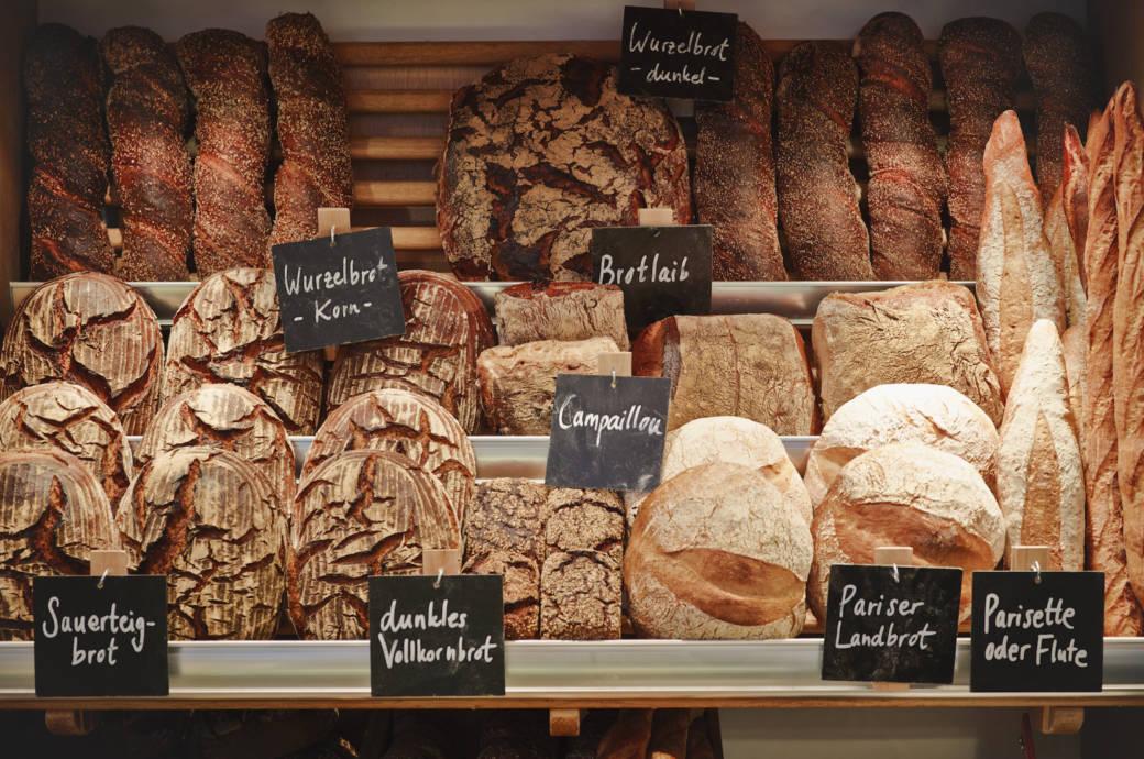 Zahlreiche Brotsorten in der Auslage eine Bäckers