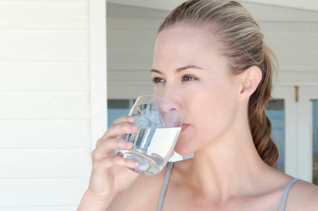 Das Trinken von warmem Wasser mit Zitrone hilft beim Abnehmen
