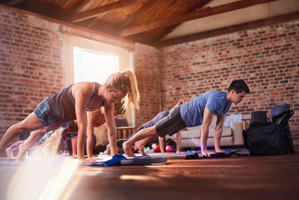 Eine Gruppe junger Menschen bei einer Yoga-Einheit