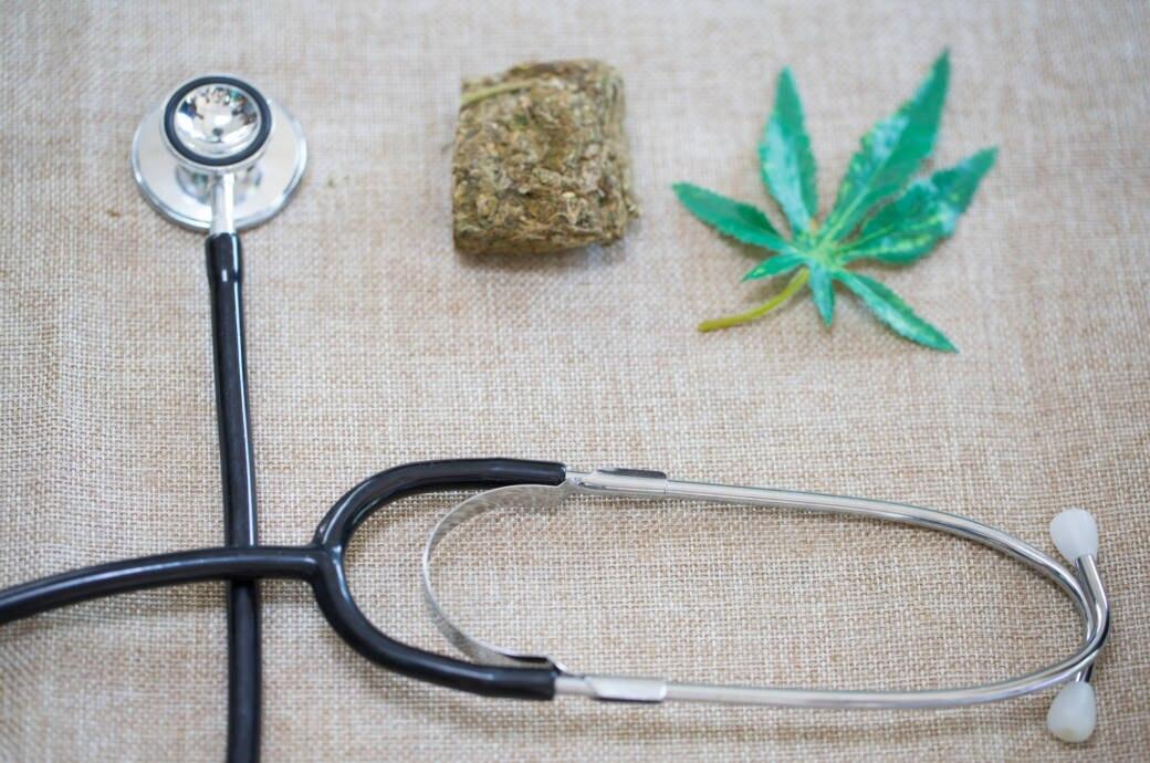 Marihuana und ein Stethoskop liegen auf einem Tisch
