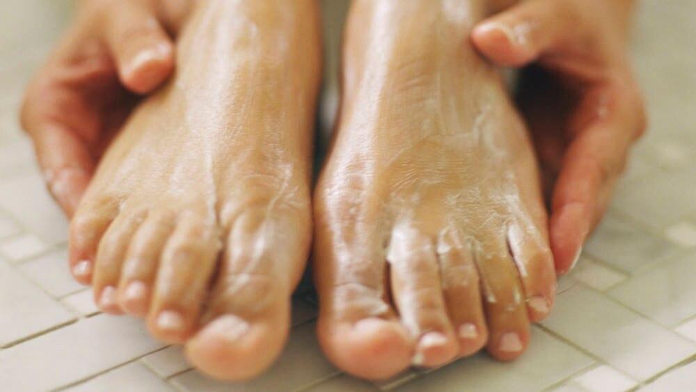 Regelmäßig die Füße eincremen – nicht vergessen!