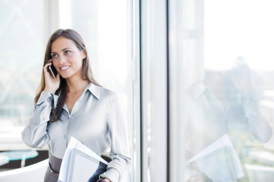 Frau telefoniert im Stehen