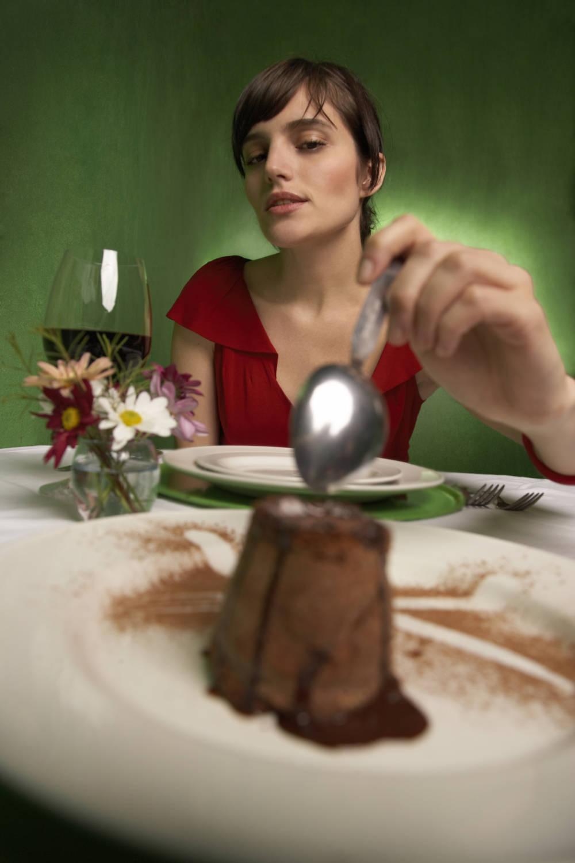 Frau isst Dessert