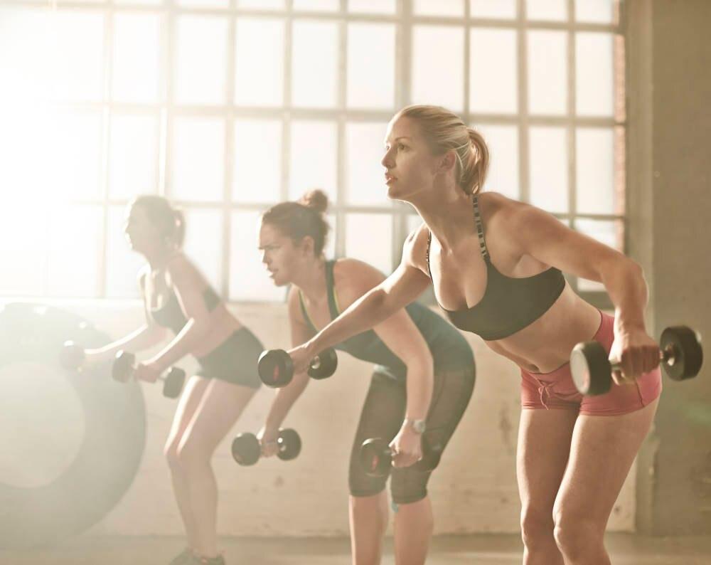 Frauen beim Training mit Gewichten