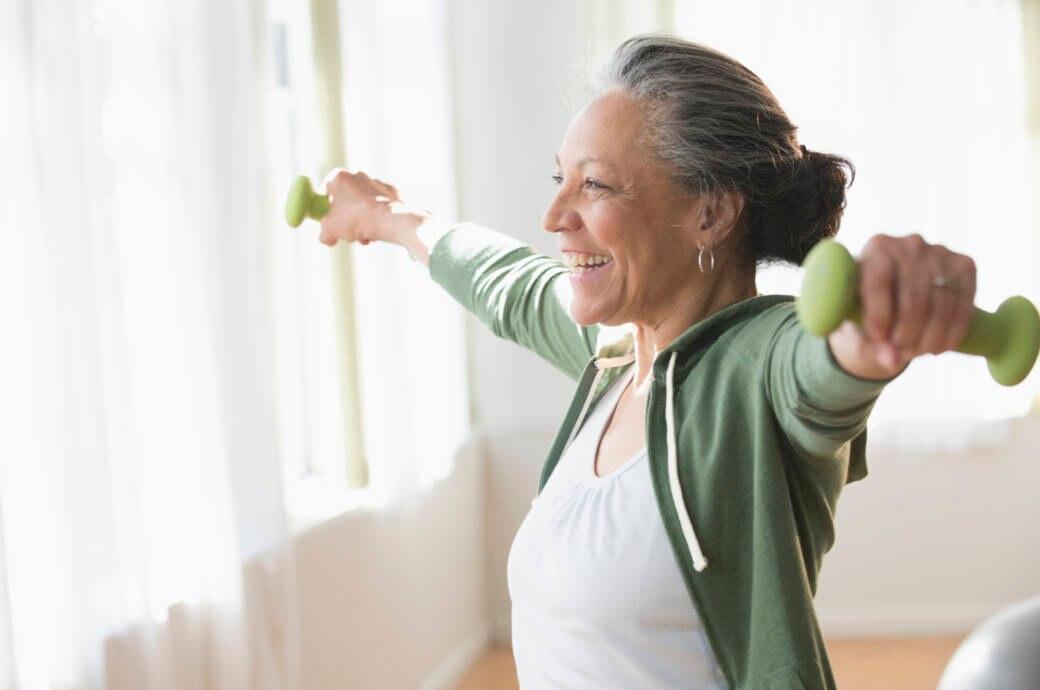 Ältere Frau trainiert mit Hanteln