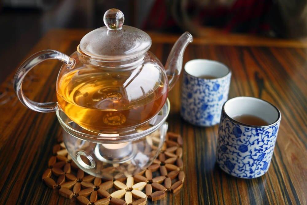 Zwei Tassen Tee und eine Kanne