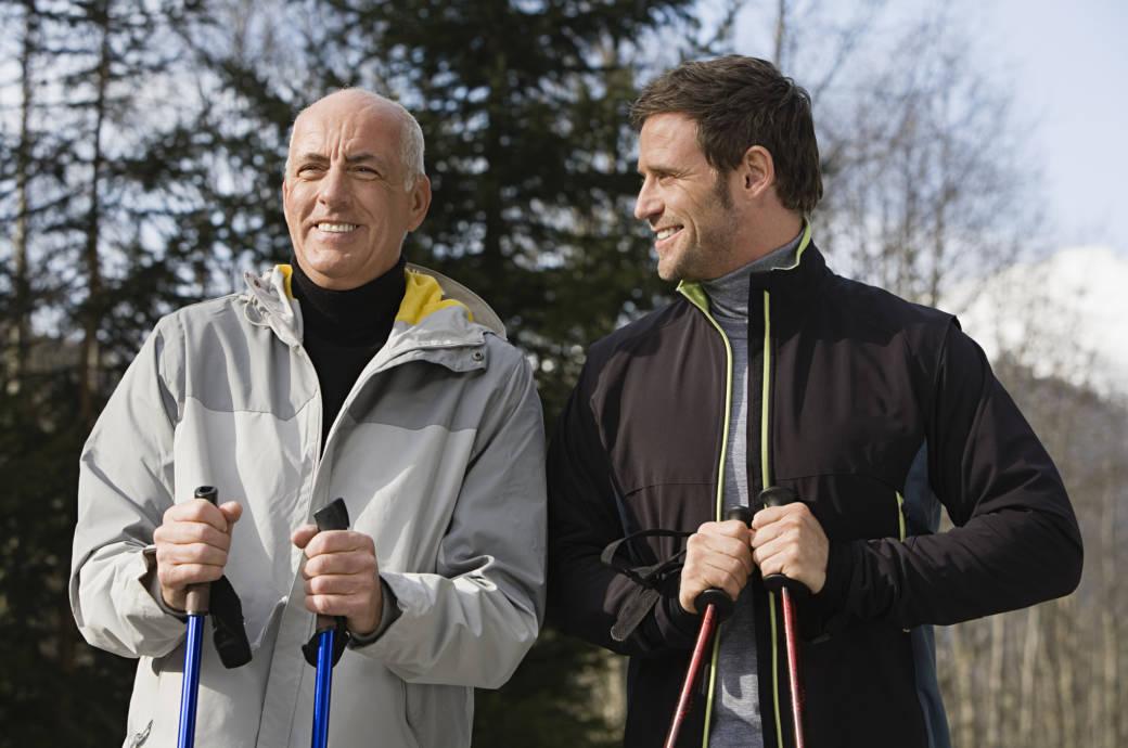 Zwei Männer beim Nordic Walking im Winter