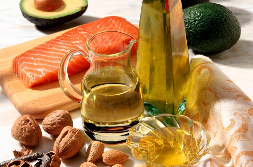 Gute Fette und Öle: Fisch, Olivenöl, Nüsse, Avocado