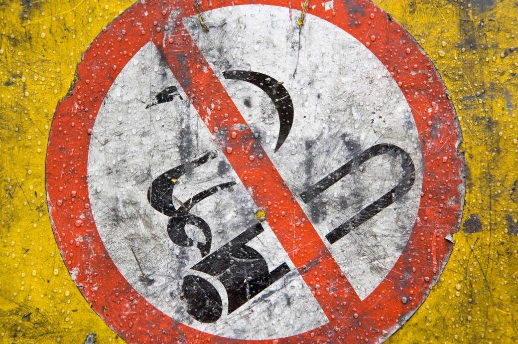 Ein Schild zeigt ein Rauchverbot an