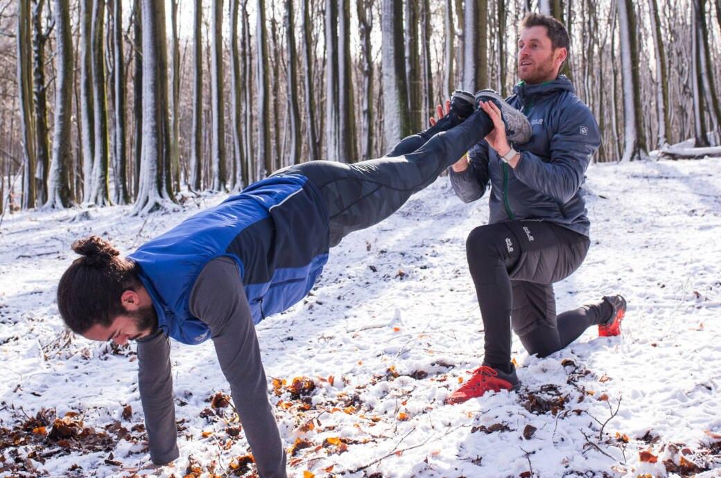 Felix Klemme gibt Hilfestellung bei einer Übung im Schnee