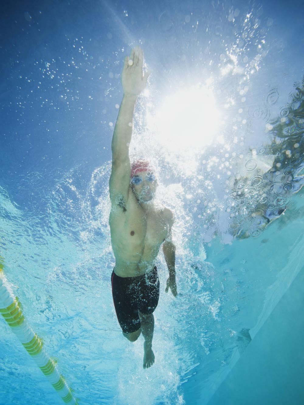 Mann beim Schwimmen