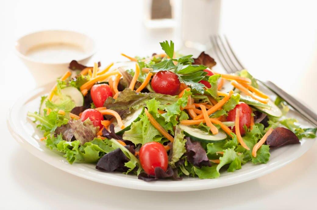 Teller voll mit Salat