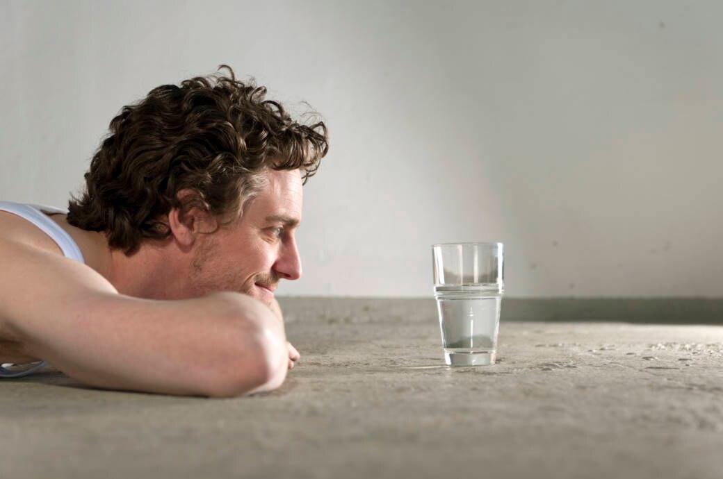Mann mit Wasserglas