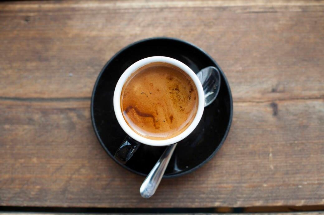 Ein frischer Espresso auf einem Holztisch