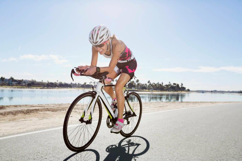 Frau auf Triathlon-Rad