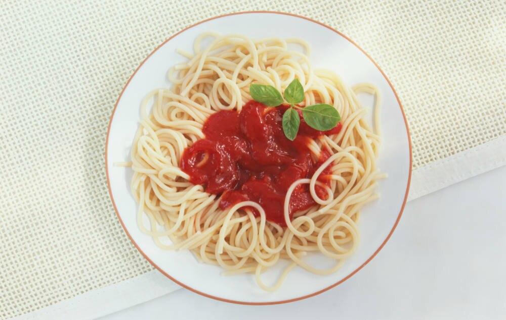 Teller Nudeln mit Tomatensauce