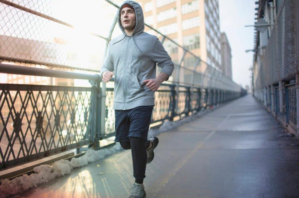 Ein Mann joggt im Winter