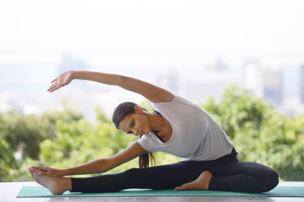 Eine junge Frau beim Pilates