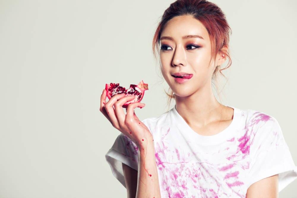 Frau beißt in Granatpfel
