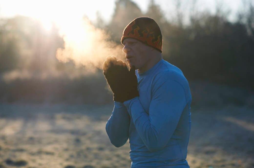 Ein Läufer atmet sichtbar in der Kälte