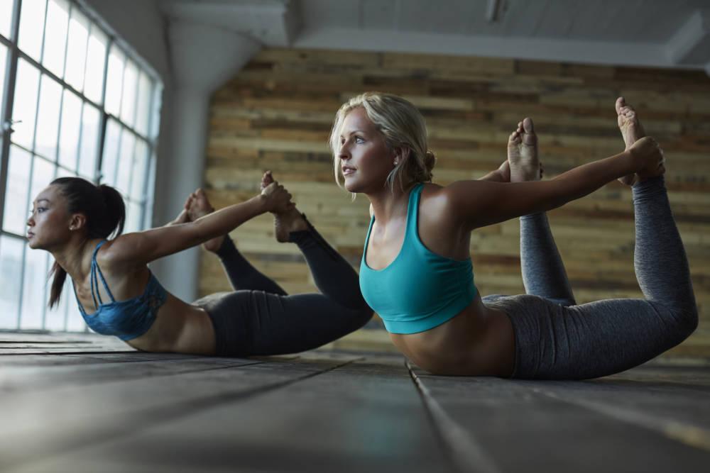 Frauen beim Yoga