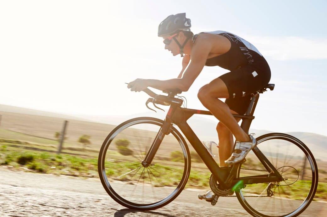 Mann auf einem Triathlon-Rad