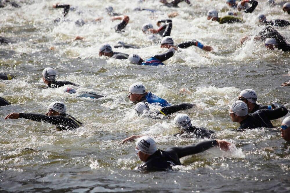 Triathleten beim Schwimmen