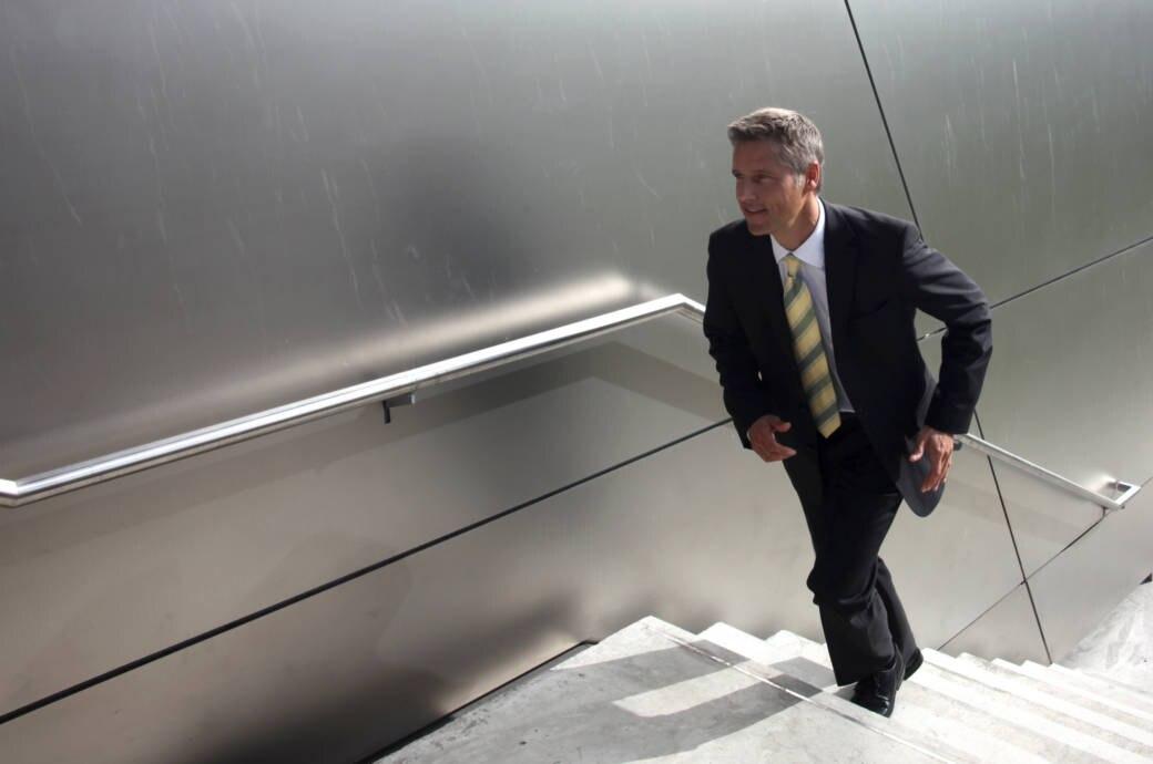 Geschäftsmann geht die Treppe hoch