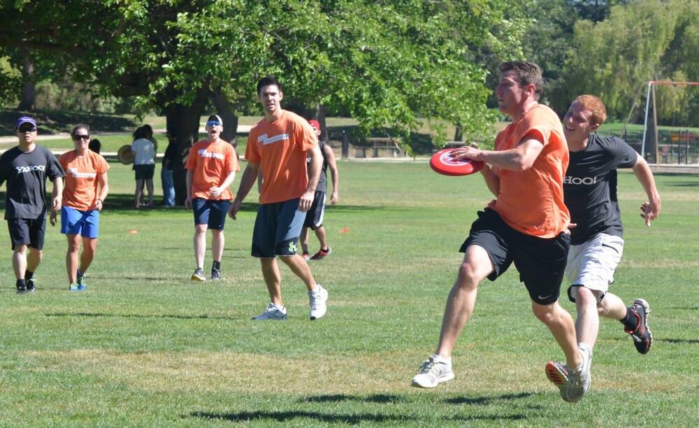Im Silicon Valley spielen zwei Teams in einem Park Ultimate Frisbee