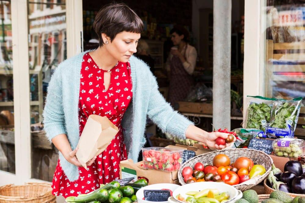 Frau auf dem Wochenmarkt