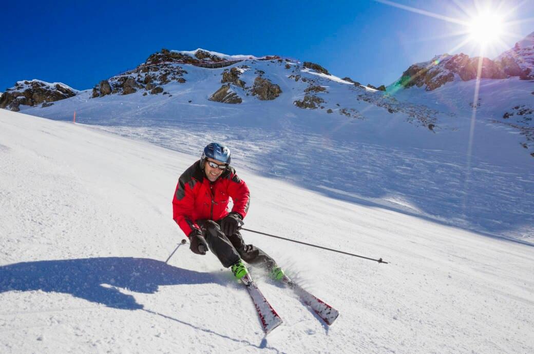 Ein Mann, ein Skifahrer (Ex-Skirennfahrer Heini Hemmi) am Rothorn, Skigebiet Lenzerheide, Graubünden, Schweiz.