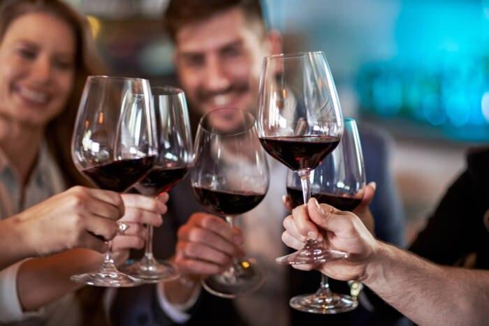 Gruppe stößt mit Wein an
