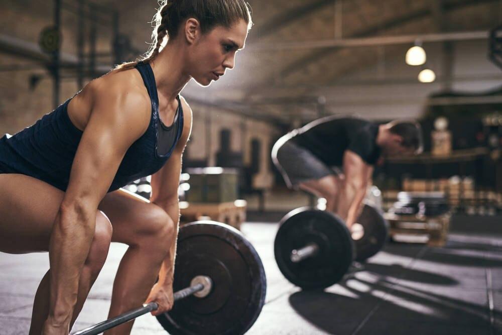 Junge Menschen beim Gewichtheben