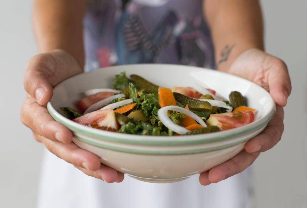 Salat mit Zwiebelringen