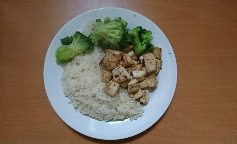Reis, Gemüse, Tofu auf dem Teller