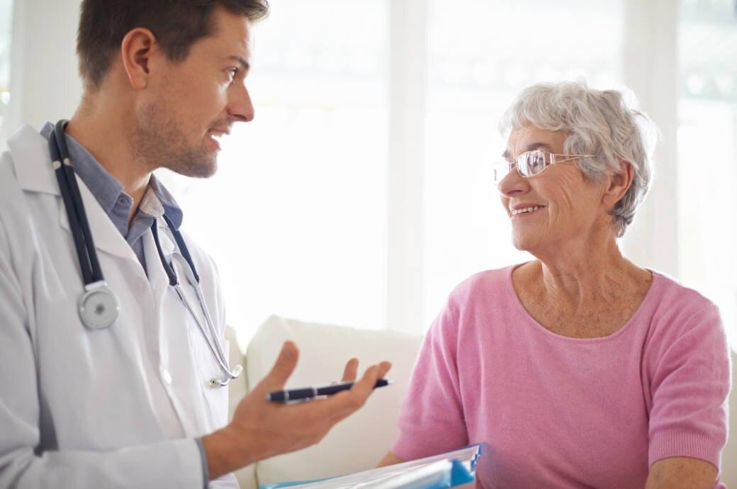 Eine ältere Frau beim Arzt