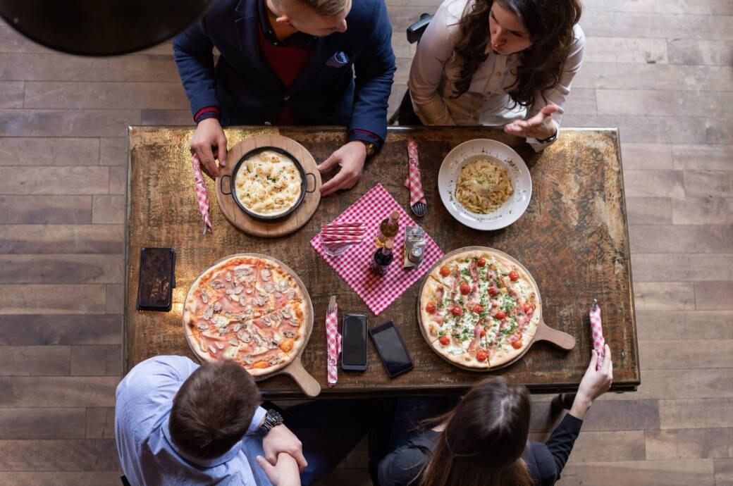 Freunde beim Nudeln- und Pizzaessen