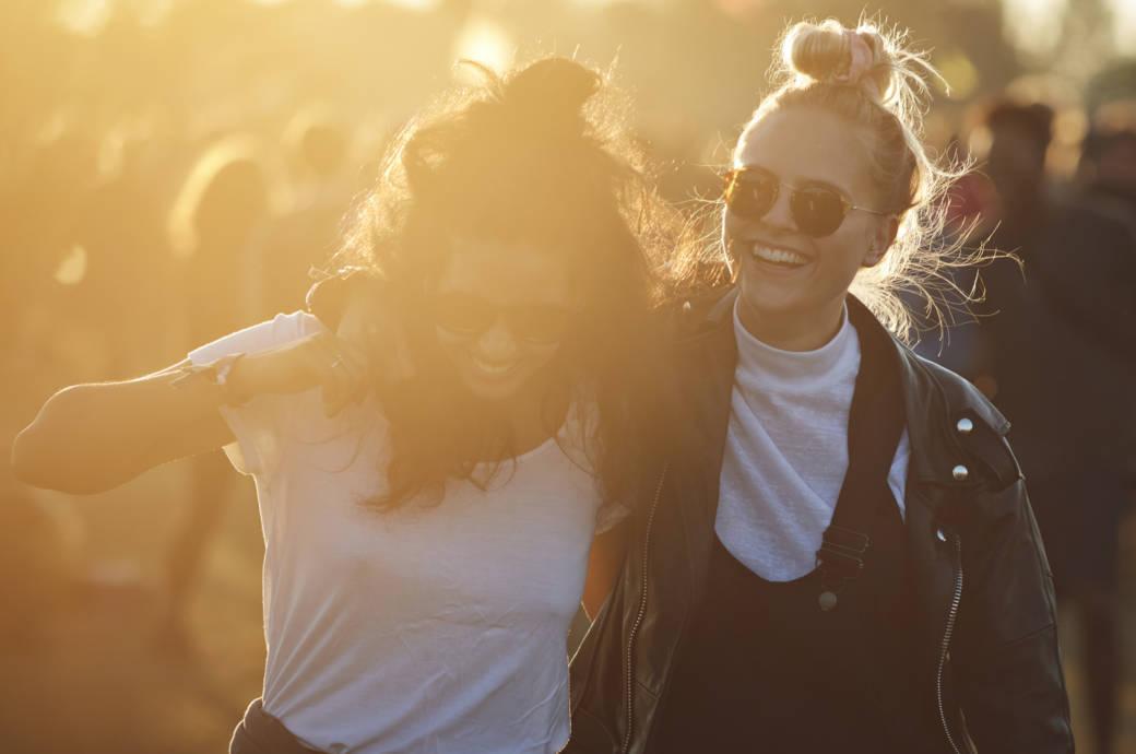 Zwei junge Damen umarmen sich bei Sonnenuntergang