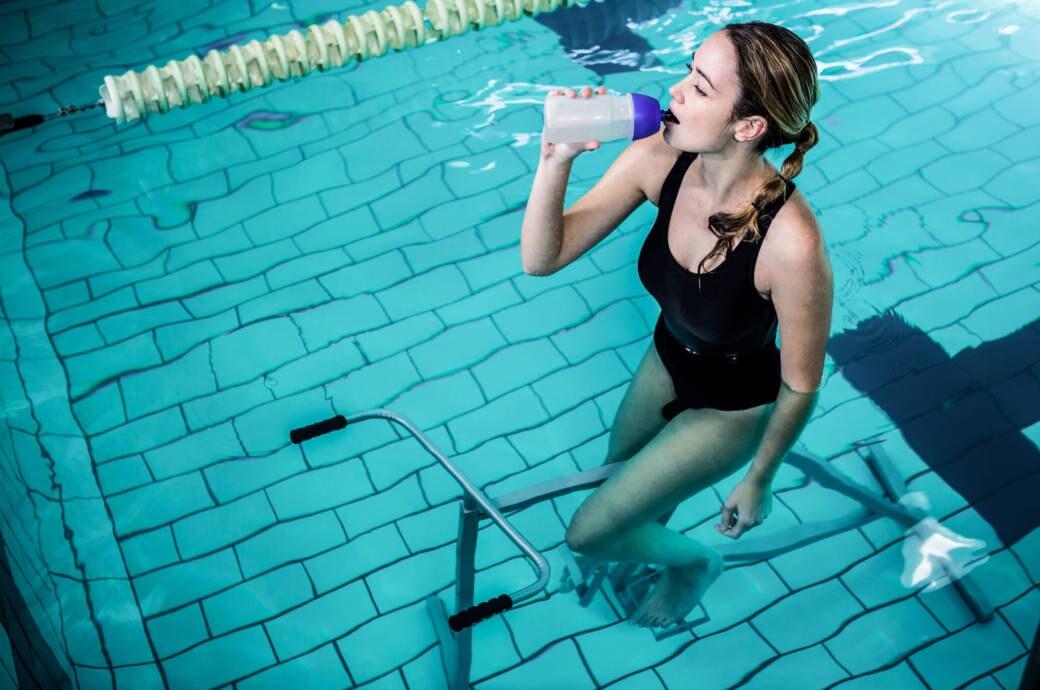 Eine Frau beim Aqua-Cycling